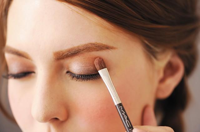眼妆的画法步骤 教你简单眼影的画法-幽兰花香