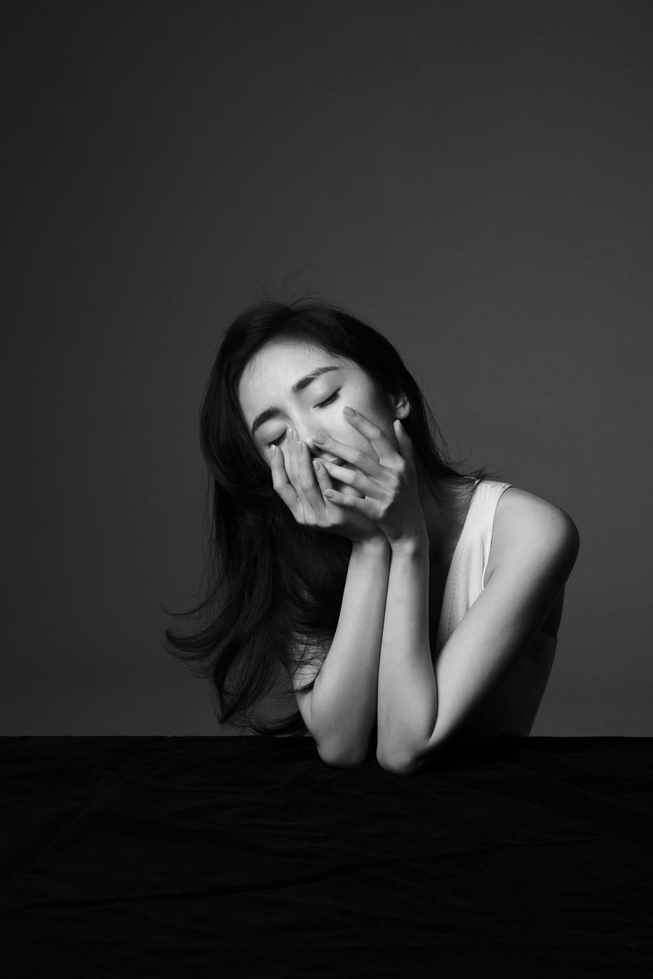 杨幂黑白质感大片释出 极简造型营造高级氛围-幽兰花香